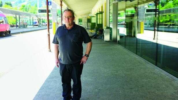 Reisender in Sachen Literatur: Der Bibliothekar und Schriftsteller Helmuth Schönauer macht kurze Rast auf dem Landecker Bahnhof.