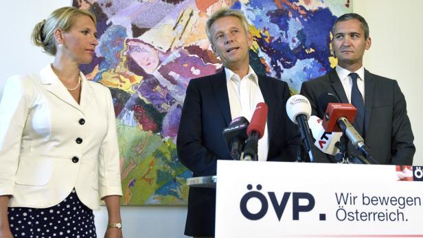 So schnell kann es gehen: ÖVP Klubobmann Reinhold Lopatka, die ehemaligen Parteimitglieder des Team Stronach Kathrin Nachbaur und der Stronach-Abgeordnete Rouven Ertlschweiger