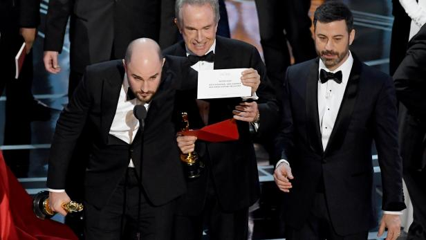 Panne bei den Oscars. Warren Beatty, hier mit der richtigen Karte.