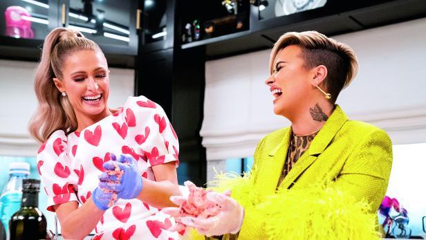 Paris Hilton und Demi Lovato: Heillos overdressed am Herd