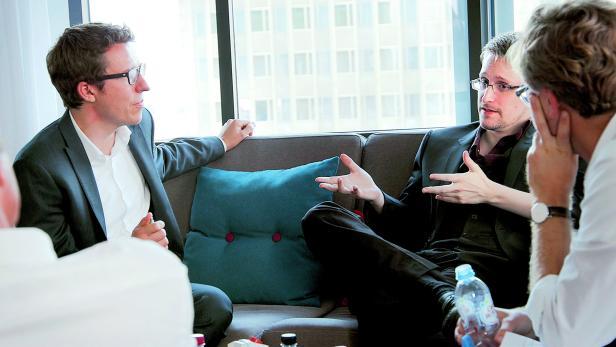 B. Obermayer und F. Obermeier im Gespräch mit Edward Snowden