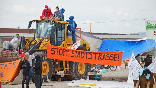 Aktivistinnen und Aktivisten besetzen einen Bagger im Rahmen der Proteste gegen die Stadtstraße und den Lobautunnel.