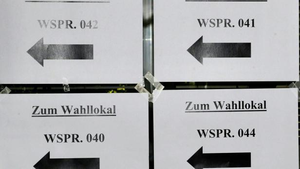 """Schilder """"Zum Wahllokal"""" im Rahmen der Landtagswahl in Oberösterreich, am Sonntag 26. September 2021 in Linz."""
